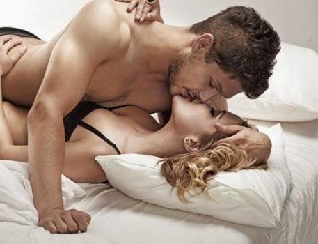 Miess Sex Shop - Casal se beijando na cama