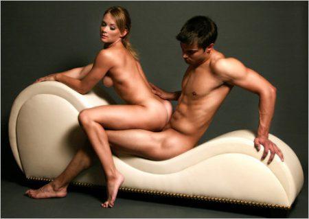 Dicas de posições para sexo anal. Mulher e homem fazendo sexo em cima de poltrona.