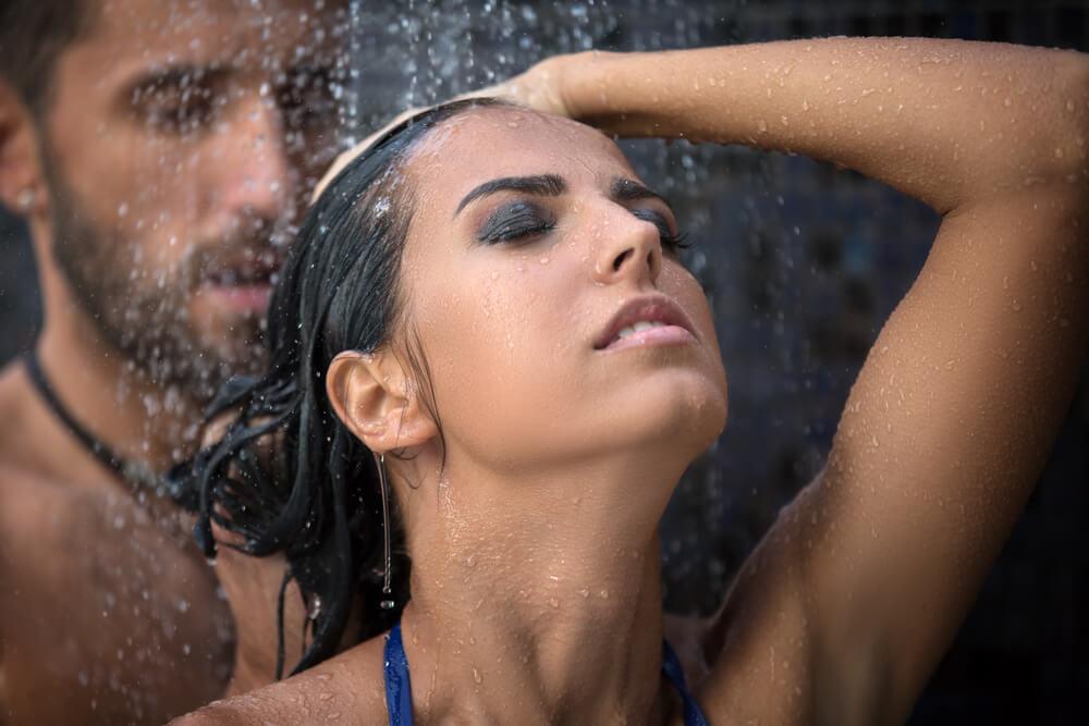 Sexo no chuveiro: 7 dicas para aproveitar esse momento