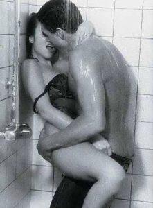 Evite posições muito elaborada durante o sexo no banho