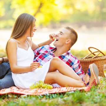 Casal fazendo um piquenique em um parque público | Miess Sex Shop
