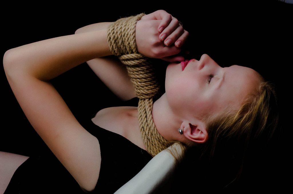 Arte Shibari – Conheça mais sobre e aprenda como usar as cordas para fazer nós eróticos