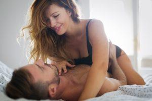 Casal na cama depois de ter usado anestésico anal