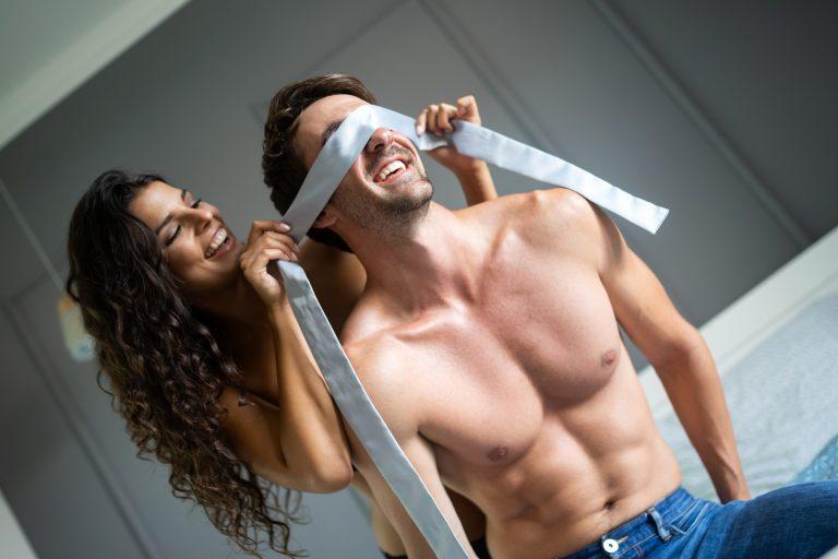 Casal se preparando para estimular o ponto g masculino